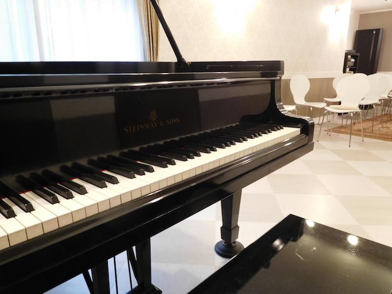 ピアノと前方